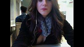 elle s exhibe en cam a la bibliotheque de AmisSe om