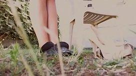 Mamma in giardino si fa spiare mentre legge il giornale indossa dei sandali bianchi e non vede l'_ora di metterti i suoi piedi in faccia