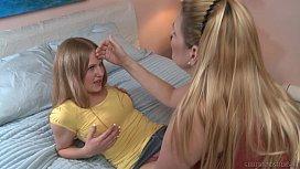 Γλυφει το νεαρο μουνακι της φιλης της