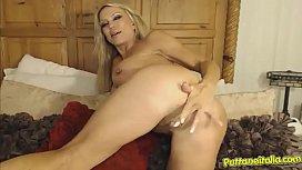 Una milf tettona si masturba con un dildo