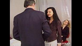 La direttrice si fa chiavare dal capo del personale e la stagista si masturba