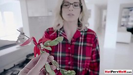 Eating my mature stepmothers pussy under the mistletoe