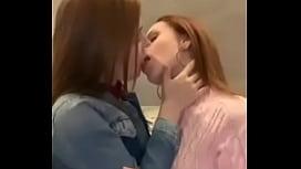 Lesbianas calientes besandose