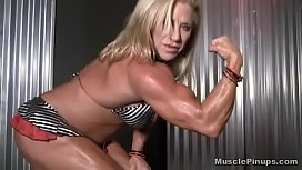 Slut bodybuilder Wanda Moore Fucks herself with a Dildo and cums