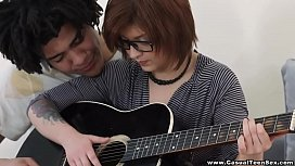 Hermosa Teen Nerd Cogida por su maestro de guitarra Brasile