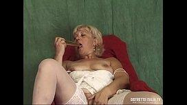 Alla vecchia porca le piace masturbarsi e schizzare