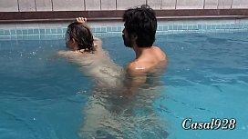 Esposa curtindo piscina e sexo com Liu Gang (produ&ccedil_&atilde_o by Mundo Corno)