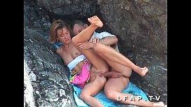 Seance sodomie entre les rochers pour ce couple amateur libertin mature