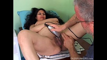 Spicy mature latina gets her pretty pussy shaved - 69VClub.Com