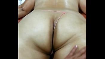 masaje con aceite a sus enormes nalgas