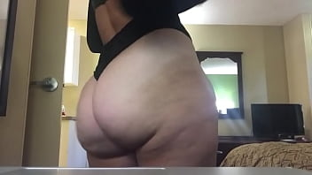 Sexy White Milf Shakes her jiggly asscheeks for you on camera.