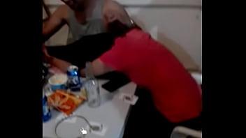 Mujer borracha lame pezón de su hermano PARTE 2