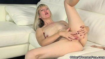 American milf Jamie Foster works her lady bits