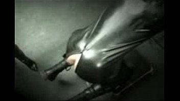 Gummi latex Dominatrix in full latex spanking