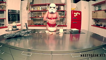 Stormtrooper try to coocking but squirt on the kitchen