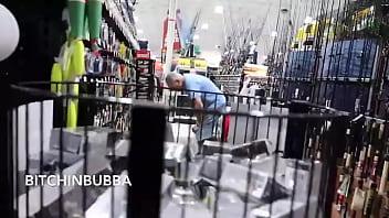 Casada de vestido trasnparente no supermercado