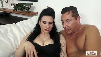 CASTING ALLA ITALIANA - Mature Italian lady gets her pussy fucked in