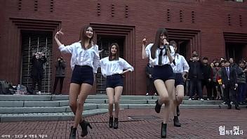 公众号【福利报社】韩国女团街头四位美女超长腿短裤性感诱惑热舞