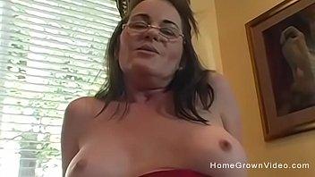 Hot milf fucked in her own homemade porno Vorschaubild