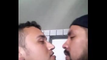 hetero casado se deja besar