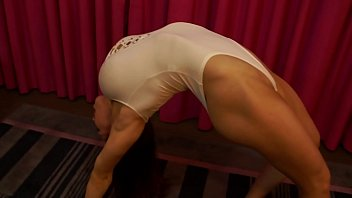Thw white strip - Female bodybuilder shows off flexibility