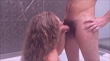 Kellenzinha tomando banho com seu amigo pau muito grande na frente do corno - completo no red صورة