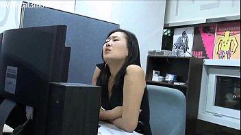 สาวออฟฟิศหุ่นเอ็กซ์เธอเงี่ยนจัดชวนเพื่อนร่วมงานหนุ่มเล่นเสียวกันในห้องประชุมน้ำเงี่ยน