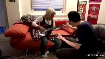 Musiklehrer fickt eigene Schuelerin nach der Probe