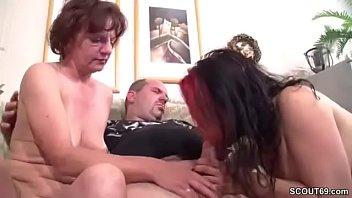 Sie erwischt ihn mit seiner Stief-Mutter und fickt mit Vorschaubild