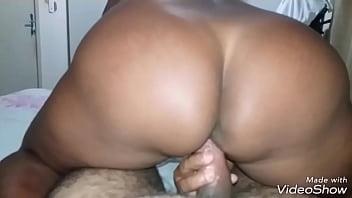 Mulheres nuas e sensuais de rabos gigantescos sentando na piroca