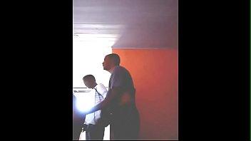 Black Jocker lubrificou o cuzinho e foi castigado por dois tarados nos fundos do cinemão.