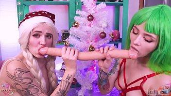 Christmas Teen Elves play with double dildo & cherry acid Leah Meow Lesbian sex Vorschaubild