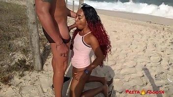 Policial sarado me botou para mamar na praia deserta