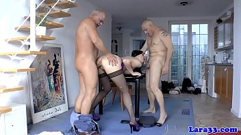 La milf inglese ottiene una doppia penetrazione in trio