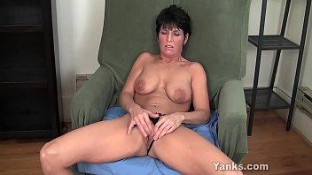 Brunette milf vides Yanks milf kassandra wild masturbates