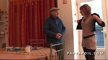 Papy baise une rouquine aux gros pis avant la bonne sodomie par son pote