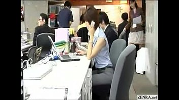 nhân viên văn phòng cởi chuồng ngồi làm việc