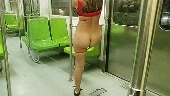 exhibiendome en el transporte colectivo Metro de la ciudad de mexico mostrando el culo y quitandome la tanga (VERSION COMPLETA EN XVIDEOS.RED) porn image
