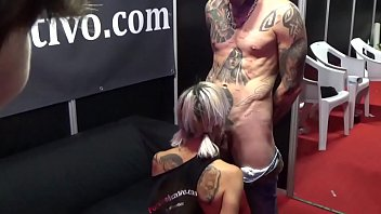 Esta chica va casi desnuda al concierto y le hace una mamada a un chico tatuado del publico delante de todos mientras la gente joven les graba FER062