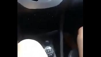 Esposa chupando amante em passeio de carro صورة