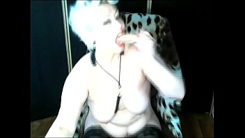 Hot sexy cougar AimeeParadise from Russia  shakes in their bitch orgasms at the request of virtual clients ..