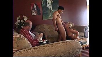 Guy lecca e dito scopa una bionda sexy, poi lei lo cavalca sul divano