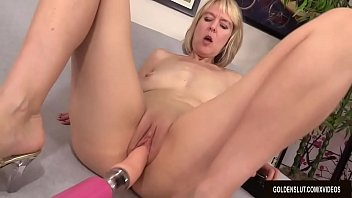 Horny Older Hoochie Jamie Foster Gets Herself Off with a Fucking Machine Vorschaubild