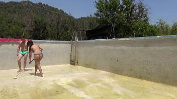 La hija de la dueña de la casa tiene 18 años nada más pero tiene mucho carácter y le enseña al jardinero cómo hay que fregar el suelo de la piscina