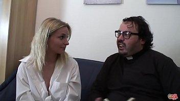 Darina busca al Padre Damián para que le explique como se hacen los niños