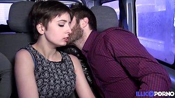 Alice, jeune coquine baisée par deux mecs dans une voiture