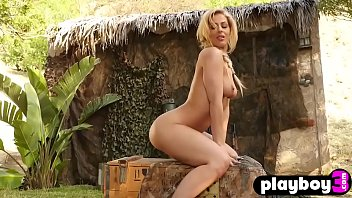 Big ass blonde model danced outdoor and shows her body