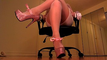 Erotic text femme domme Erotic hypnotist trancing slaves with pink heels