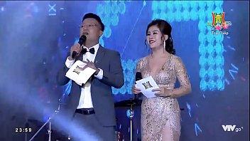 DJ Trang Moon khoe vú đêm giao thừa,thằng nào đứng gần chạy nhanh ra đằng sau bóp
