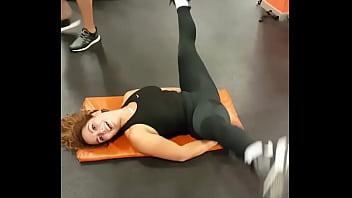 culona rica entrenando en el gym